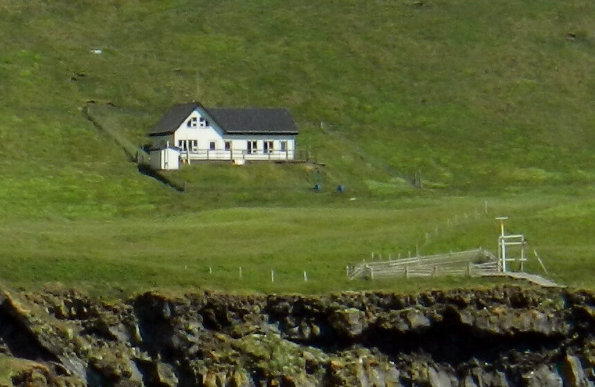 Most isolated house you have ever seen ealuxe com for Iceland lonely house