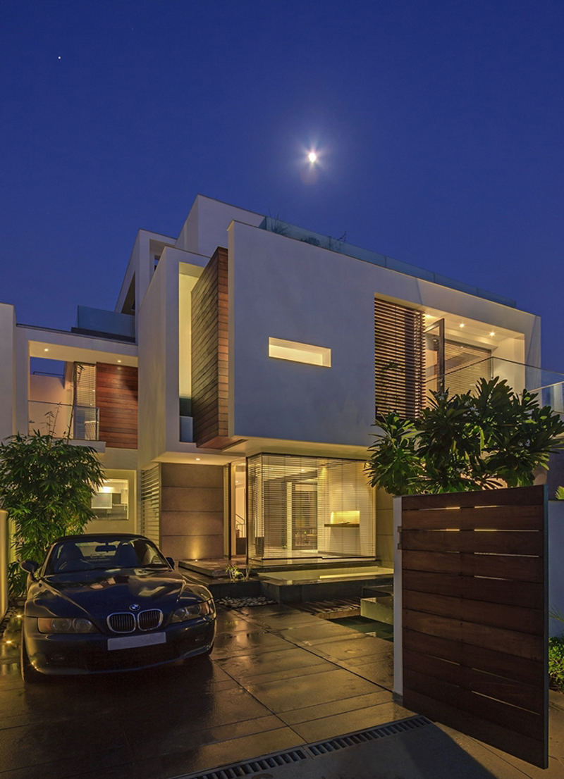 The overhang house by dada &amp