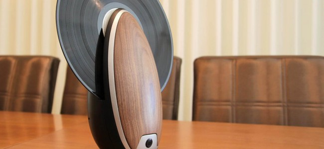 This Vertical Record Player by Roy Harpaz Has Futuristic Design