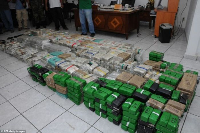 $250 Million in Cash and that's not all this mexican Drug Lord was hiding in his house (15)