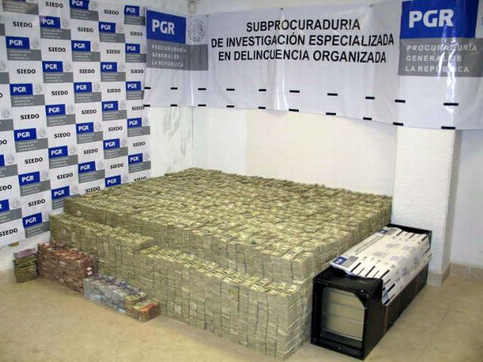 $250 Million in Cash and that's not all this mexican Drug Lord was hiding in his house (18)
