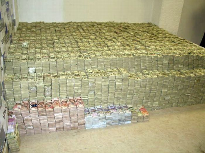 $250 Million in Cash and that's not all this mexican Drug Lord was hiding in his house (2)