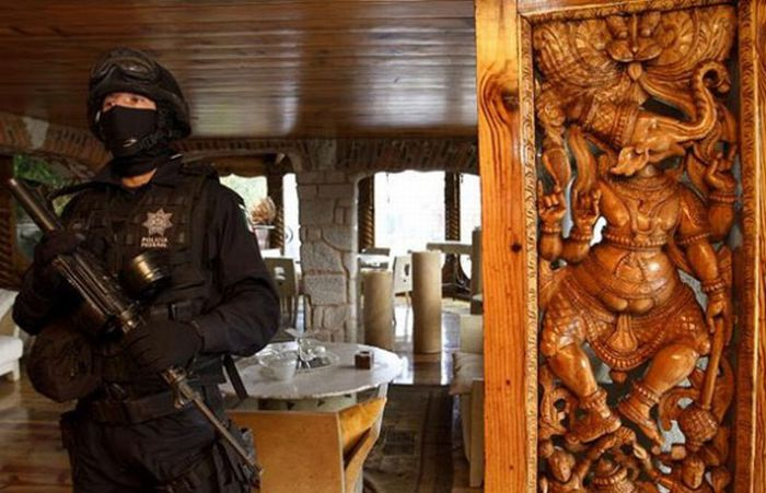 $250 Million in Cash and that's not all this mexican Drug Lord was hiding in his house (20)