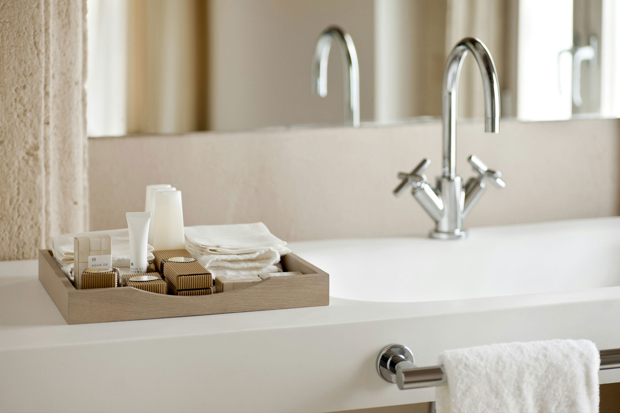 Most luxurious hotel toiletries for Accessoire deco table