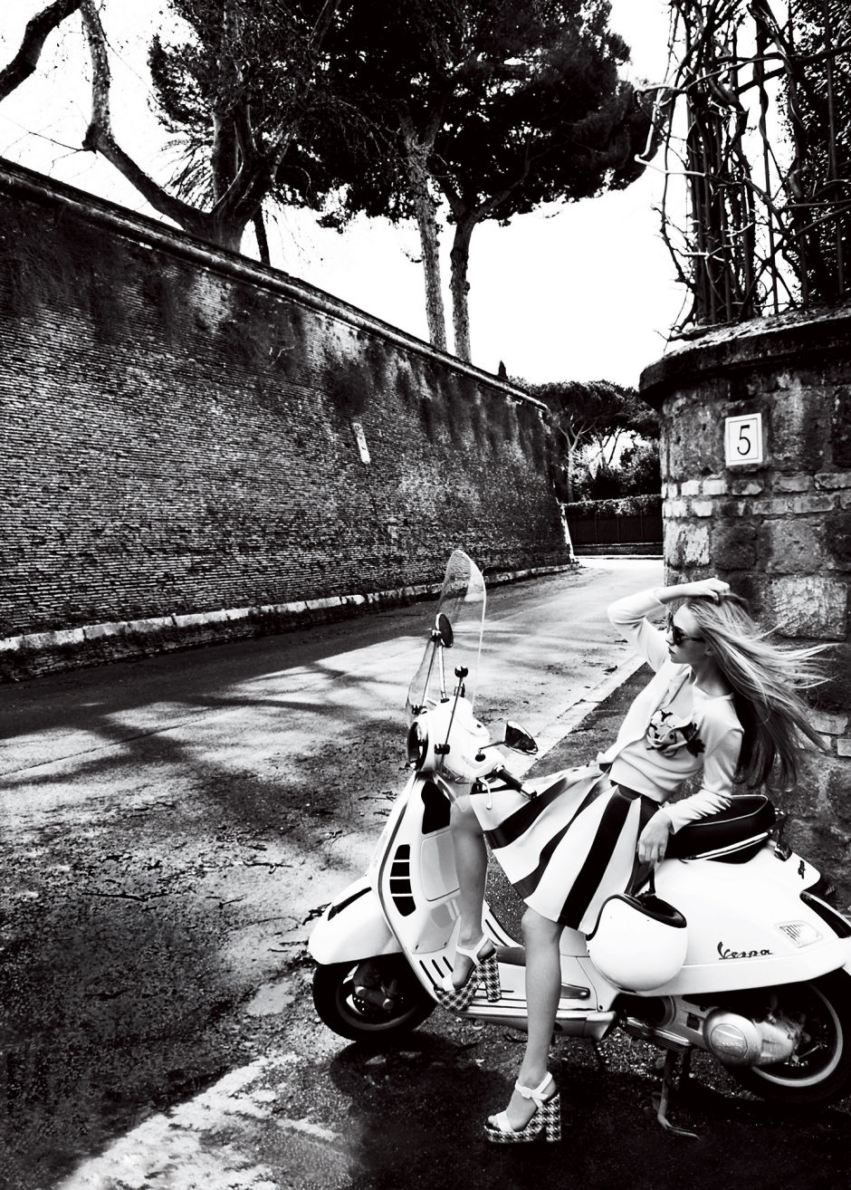 Amanda Seyfried Looks Stunning in her Cover Shoot for Vogue Ealuxe (2)