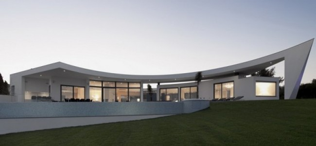 Colunata House – A Majestic Modern Residence That Features An Interesting Luxury Design