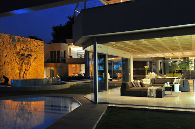 The Glass House Is A Modern And Luxurious Residence 7