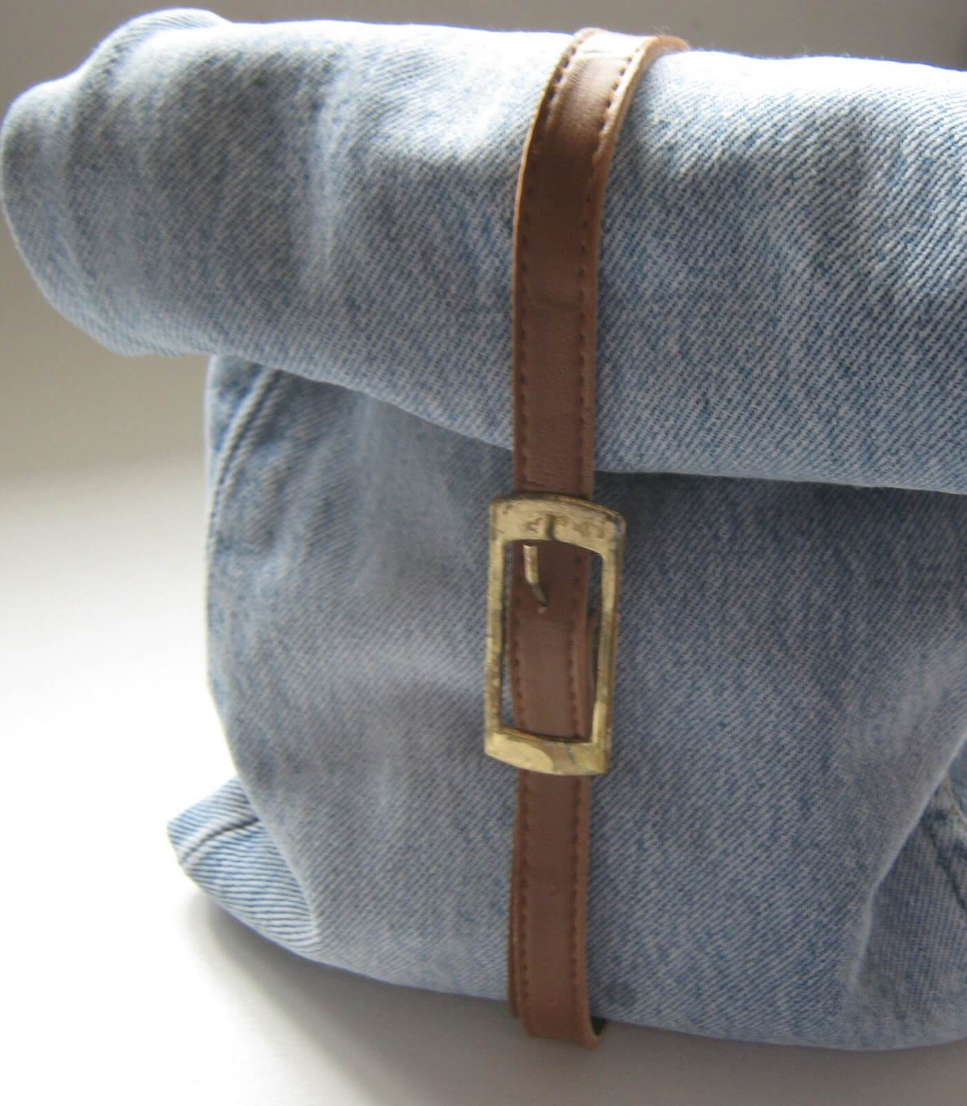 #9 Denim Lunch Bags | Sophisticated Lunch Carriers | Image Source: thisishowwedoitstyle.blogspot.com