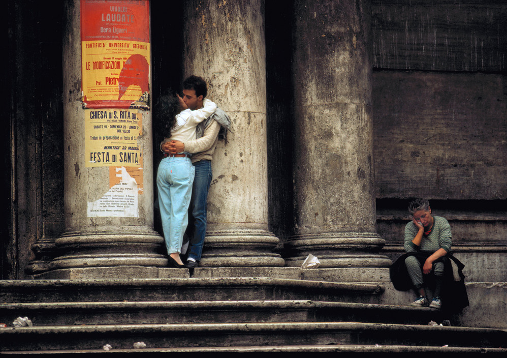 ITALY. Rome. Lovers at a church next to Fontana di Trevi©Thomas Hoepker-Magnum