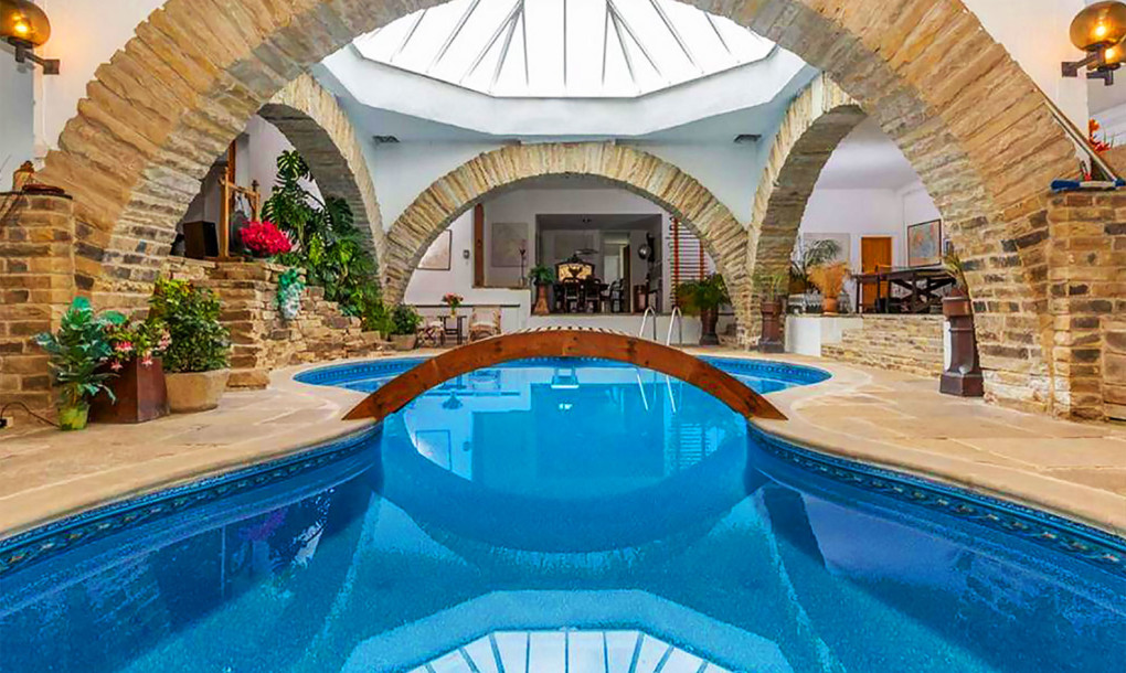 Luxury Hobbit House - Recreation and Pool Room