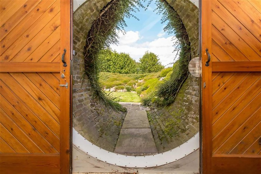 Luxury Hobbit House - Gate to Rear Garden