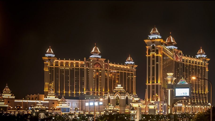 Night-view-of-Galaxy-Hotel-hotel-complex-in-Macau-China-full-HD-Wallpapers-1920×1080-915×515